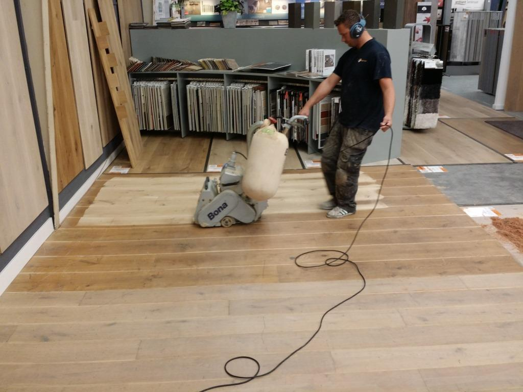 Vlekken van geoliede houten vloer verwijderen
