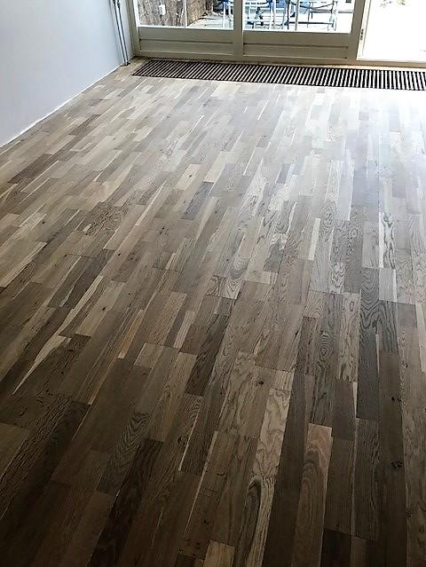 vloer donker bruin hout